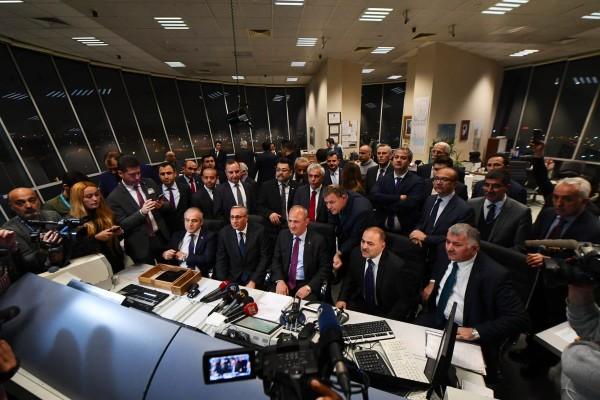 Bakan Turhan, Atatürk Havalimanı'ndan kalkan son uçağı uğurladı
